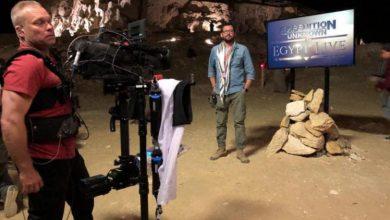 صورة المصري أحمد المرسي ينقل بثاً مباشراً لاستكشاف مقبرة فرعونية لأول مرة